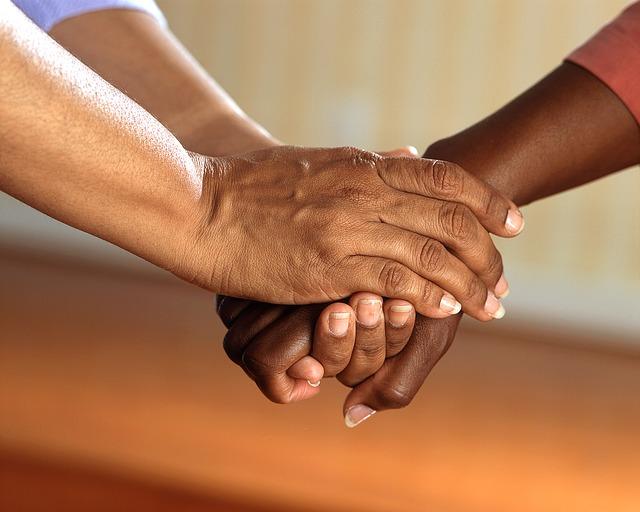 WOM y manos unidas